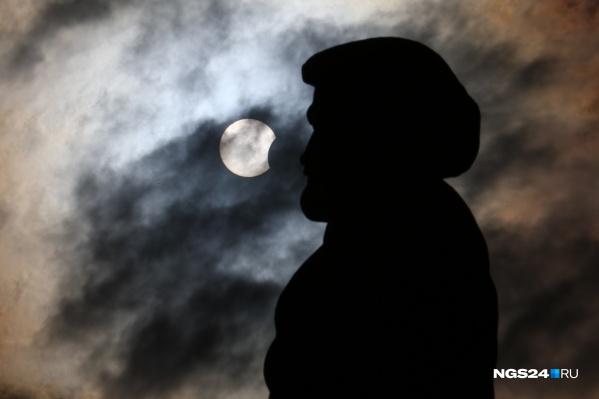Любители астрономии собрались в том числе и около памятника Андрею Дубенскому