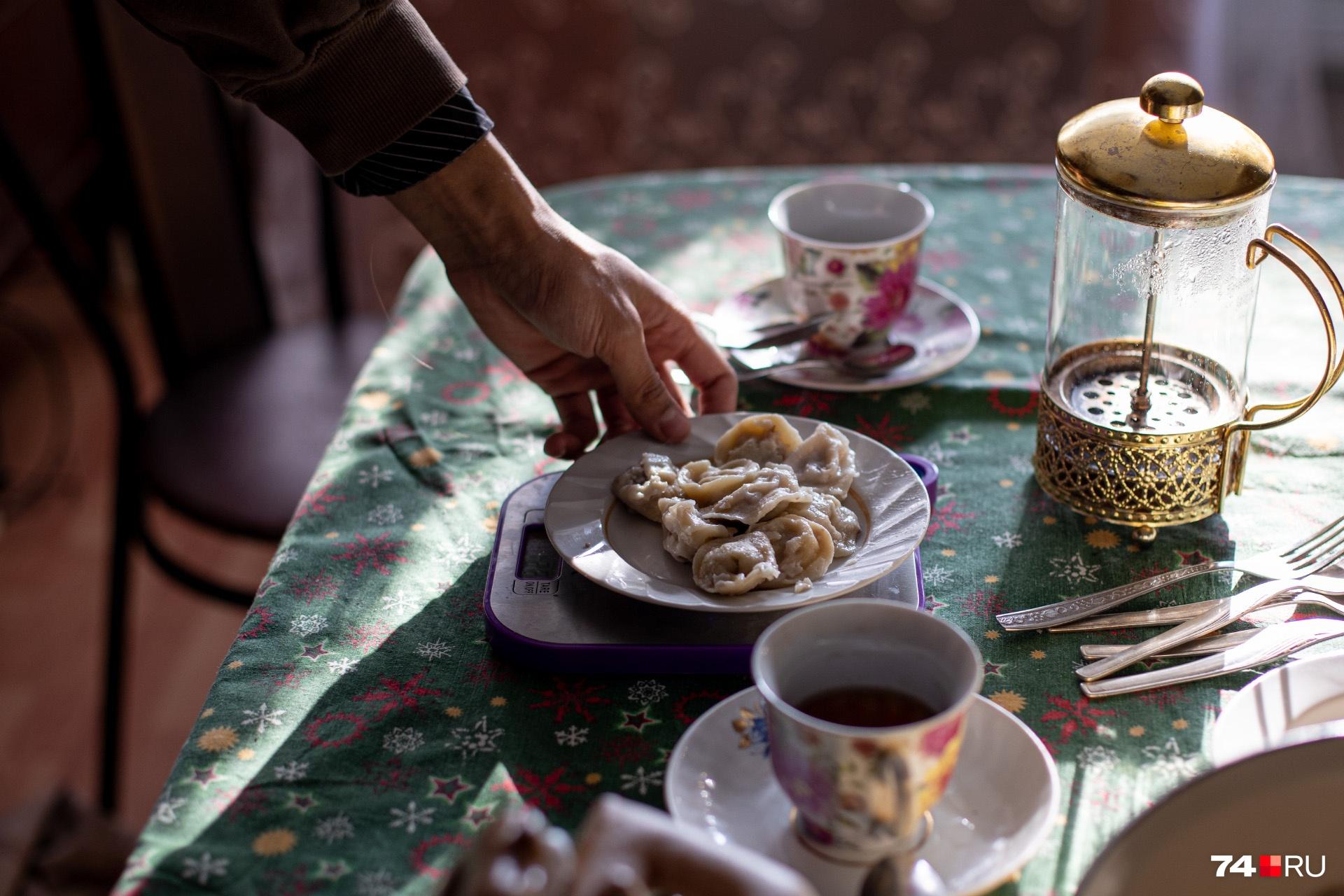 От бабушкиных пельменей сложно отказаться, но нужно держать себя в руках. И кухонные весы в этом помогают