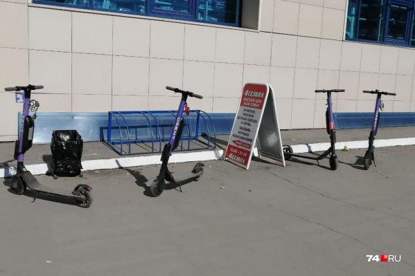 Парковки с самокатами разбросаны по всему городу. Вот эта, например, находится на Северо-Западе