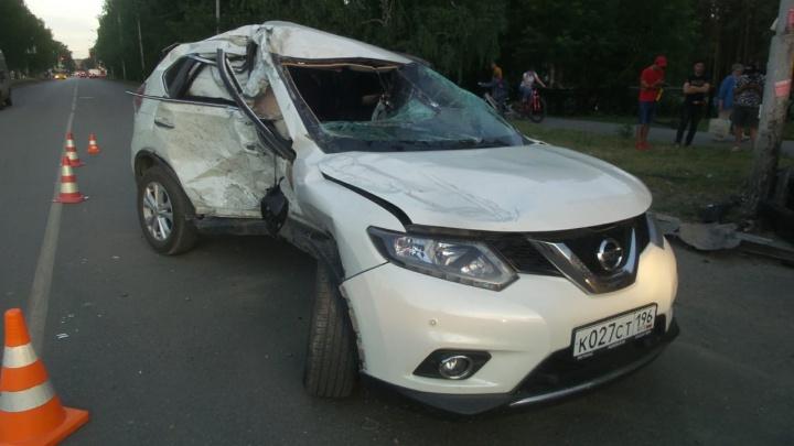 От удара машину выкинуло на обочину: на Юго-Западе столкнулись две иномарки