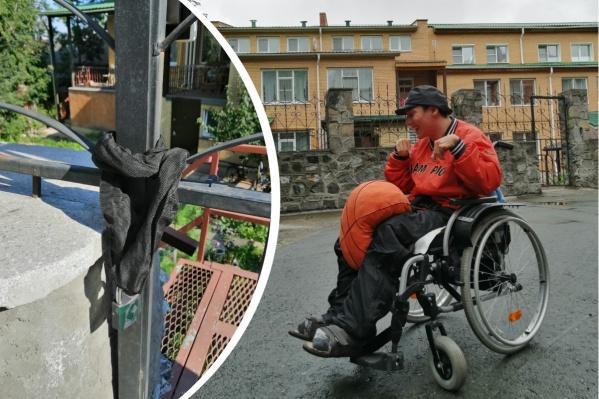 Сейчас молодой человек с ДЦП вынужден гулять на пандусе, потому что дальше него выйти невозможно