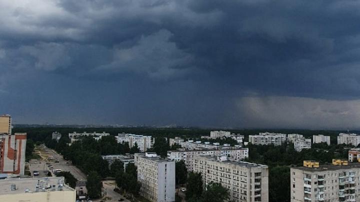 Район без света, град и песчаная буря: самые яркие кадры грозы в Ярославле