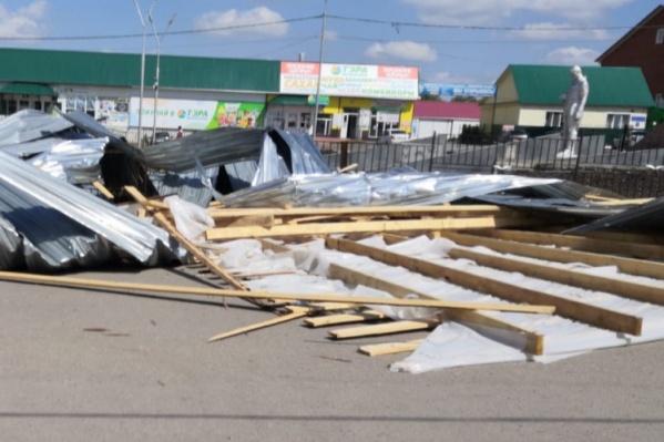 Кровлю торгового центра полностью сорвало ураганом
