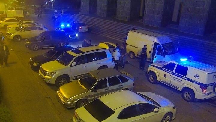 В Волгограде задержали подозреваемого в нападении на человека с ножом и пистолетом