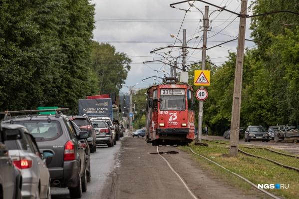 Постоянно стоящие в пробке на проспекте Дзержинского жители Каменки попросили заменить трамваи еще одной полосой для автомобилей. Но им ответили, что трамвай не просто не уберут, а продлят