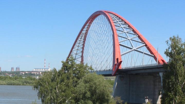 С Бугринского моста на ребенка упал мужчина