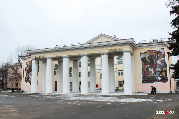 Дворец культуры в Гуково — один из памятников более сытых времен города