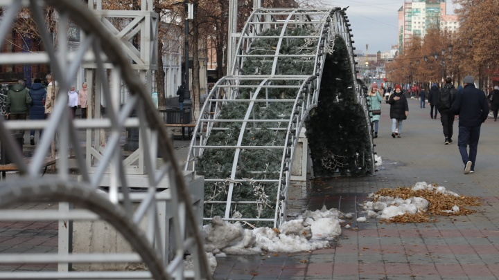На Кировке начали монтировать новогодний светомузыкальный тоннель
