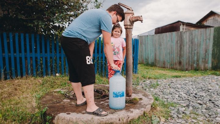 Почти в половине Омска на сутки отключат воду. Список мест, где ее можно будет набрать