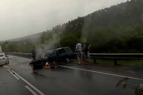 У отечественной легковушки смяло всю переднюю часть, но водитель остался жив