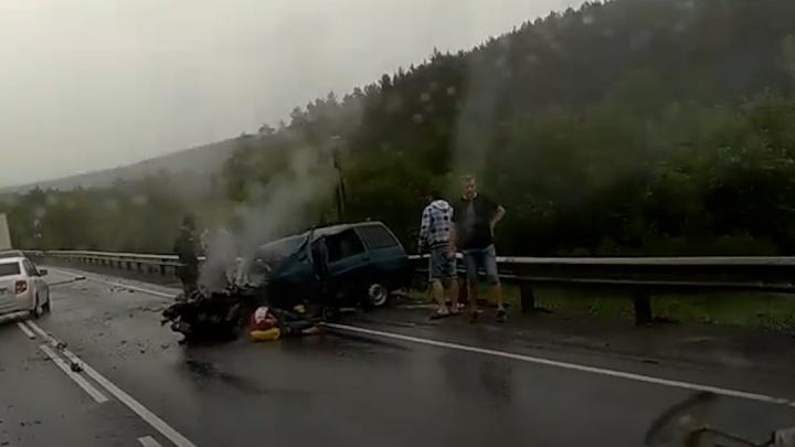 Автомобилисты встали в пробку на М-5 в Челябинской области из-за столкновения фуры с легковушками