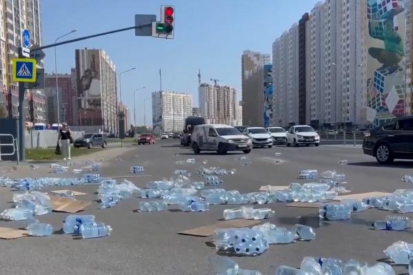 В компании «Люкс Вода» сообщили, что оказавшиеся на проезжей части бутыли пойдут под списание