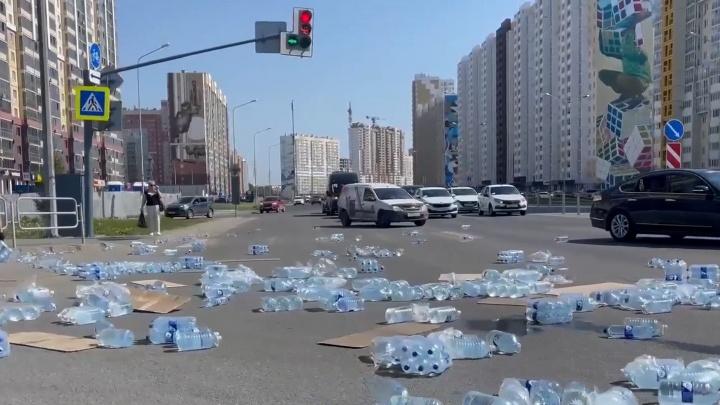 Оживленный перекресток в Челябинске перекрыло бутылями воды, выпавшими из грузовика