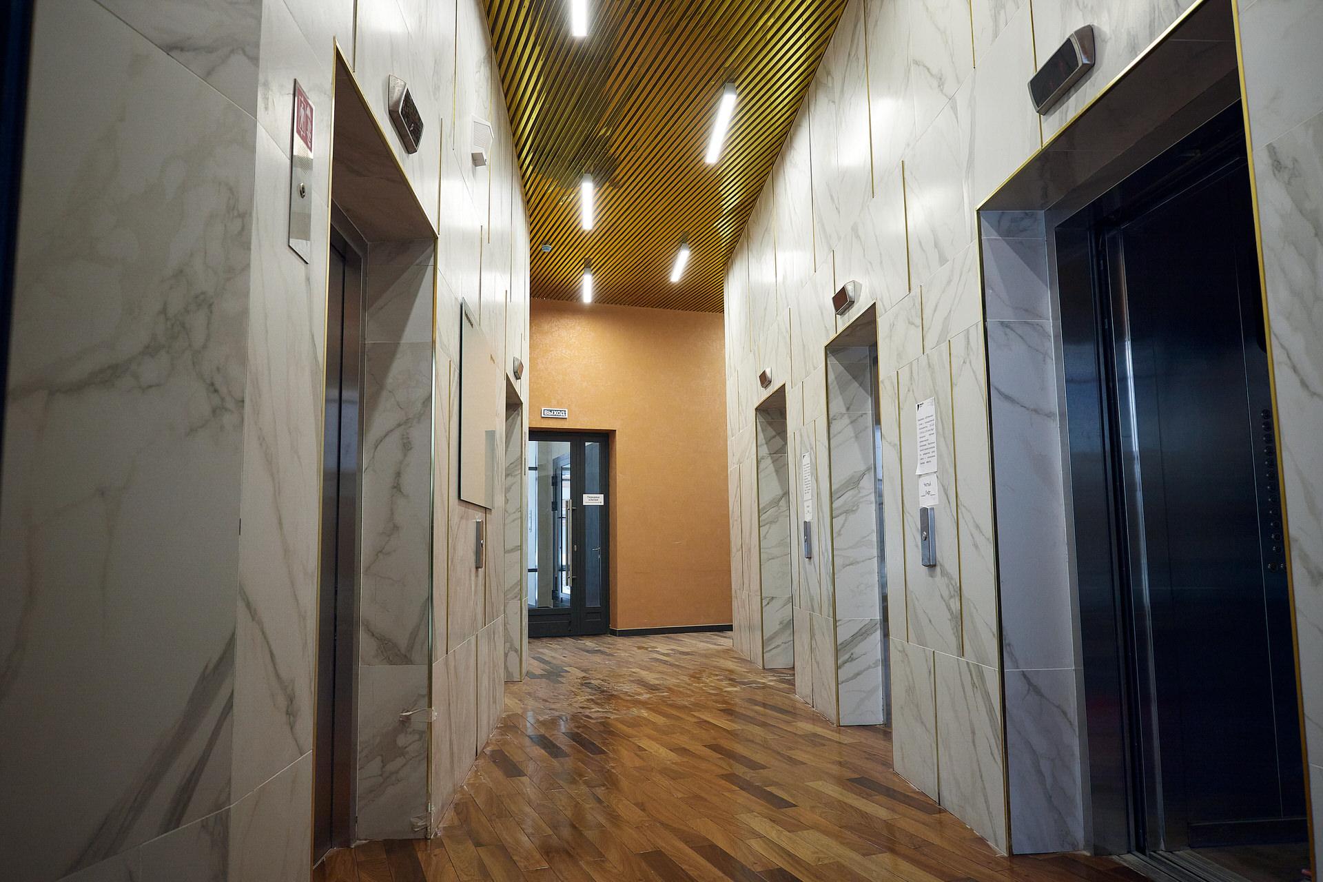 В первой башне ЖК «Татлин» 5 грузопассажирских лифтов, вовторой башне 6 лифтов, втретьей — 5