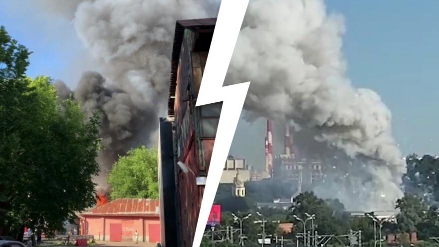 Столб дыма и взрывы: в Москве загорелся склад пиротехники на Лужнецкой набережной