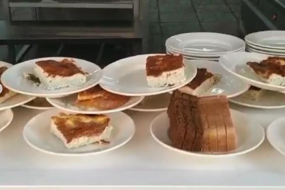 """Родители и учитель школы <nobr class=""""_"""">№ 108</nobr> утверждают, что еда на видео уже была на столах других учеников"""