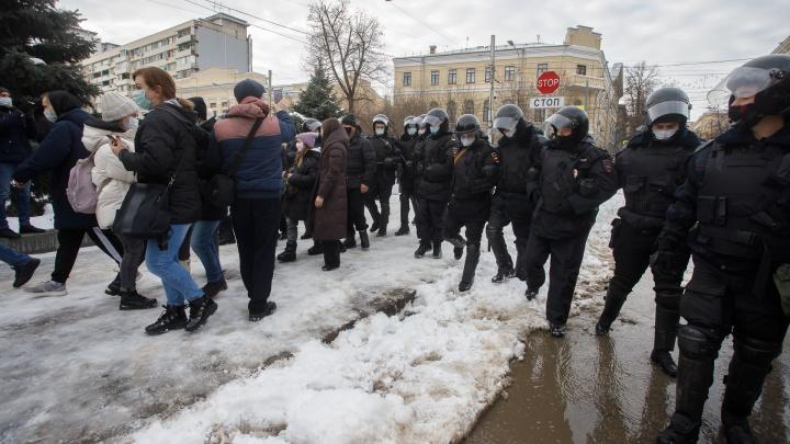 Участников несанкционированного шествия в Волгограде отбросили к улице Краснознаменской