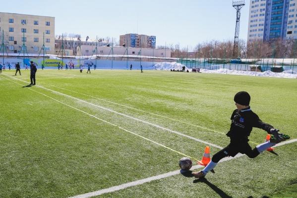 Сейчас на стадионе тренируются и соревнуются юные спортсмены