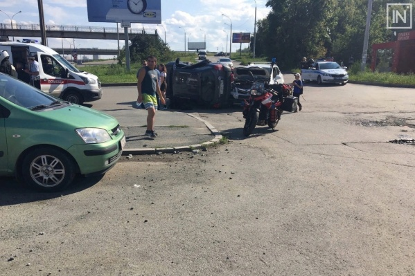 Автомобили столкнулись на выезде со двора