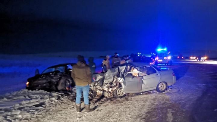 На трассе в Челябинской области после лобового столкновения погибли два человека, трое ранены