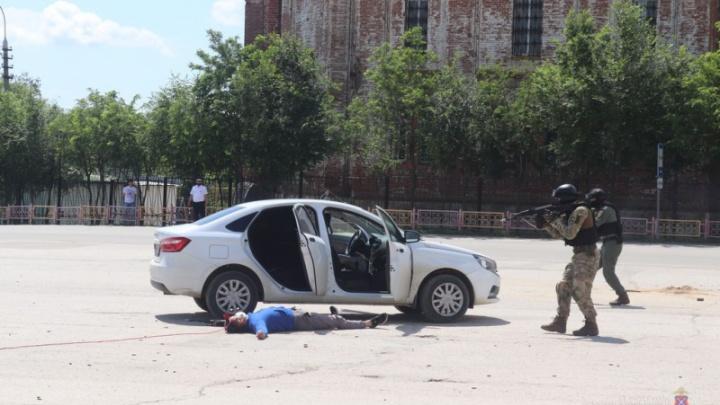Полиция «расстреляла» мужчину на площади под Волгоградом. Школьникам показали, как работают с наркоторговцами