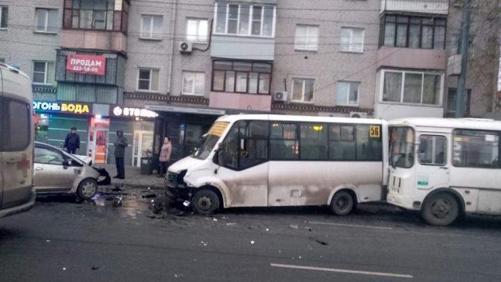 В Челябинске пьяный бесправник выехал на встречку и протаранил маршрутки с пассажирами