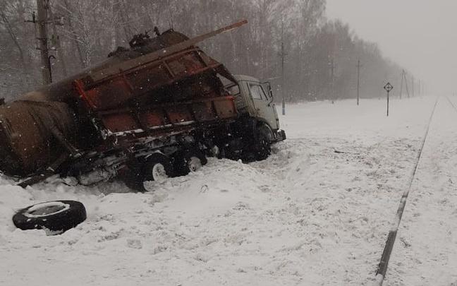 Вторая авария за день: на железной дороге в Башкирии грузовик столкнулся с тепловозом