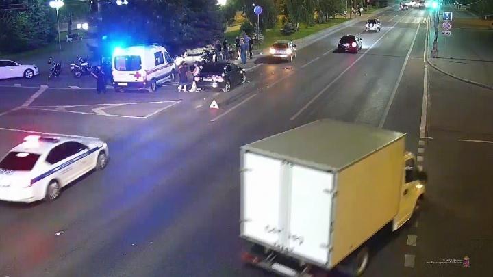 Три человека пострадали в ночном столкновении в центре Волгограда — видео