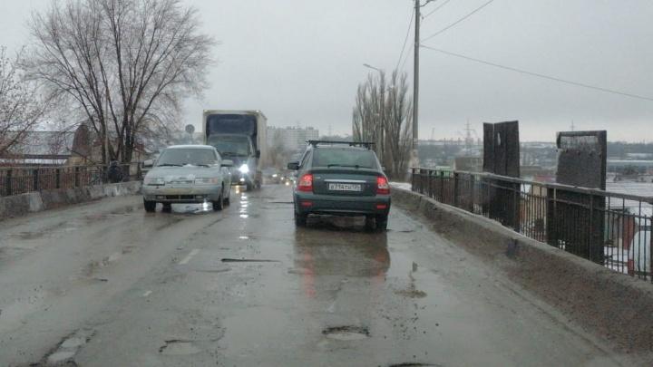 Здесь же простой люд ездит: в Волгограде разрушается дорога на еще одном путепроводе