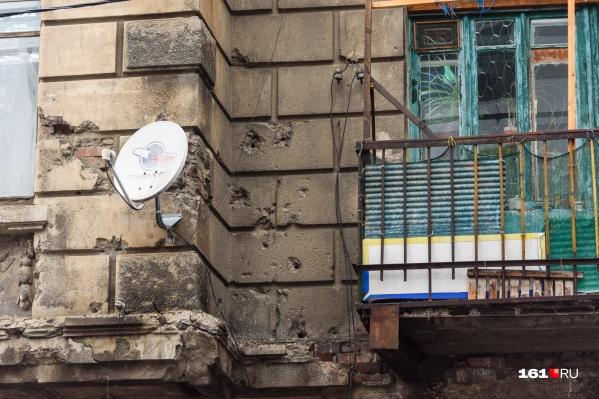 Следы от снарядов хорошо видны на стенах домов даже в 2021 году