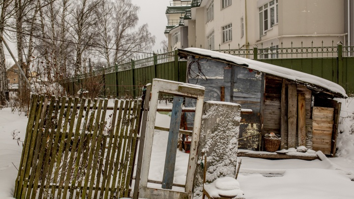 Разношерстные домики: как живет старая улочка под окнами новых коттеджей