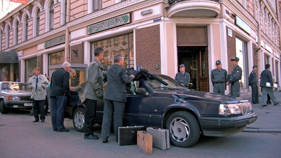 криминалисты осматривают автомобиль, в котором был застрелен Михаил Маневич