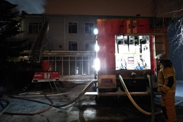 На месте ЧП работают не только пожарные, но и следователи