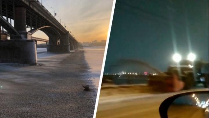 Мэрия Новосибирска наказала дорожников, которые сбрасывали грязный снег с моста в Обь