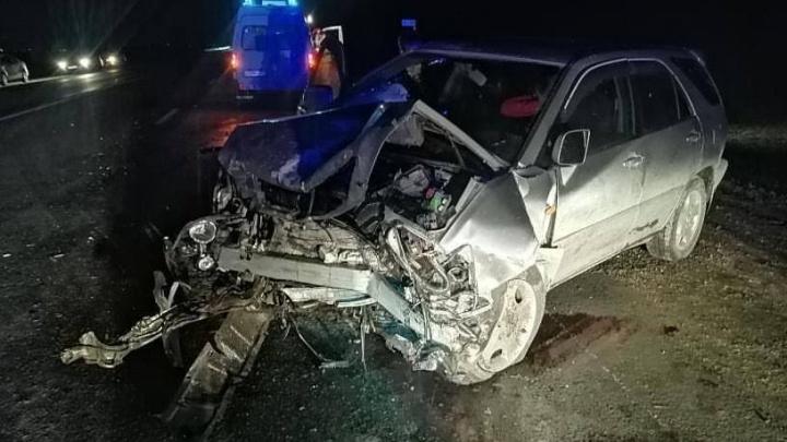 По пути на Алтай в лобовом столкновении разбились Lexus RX и Toyota Carina