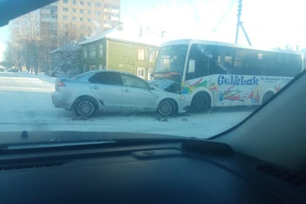 По словам очевидцев, водитель иномарки не вписался в поворот