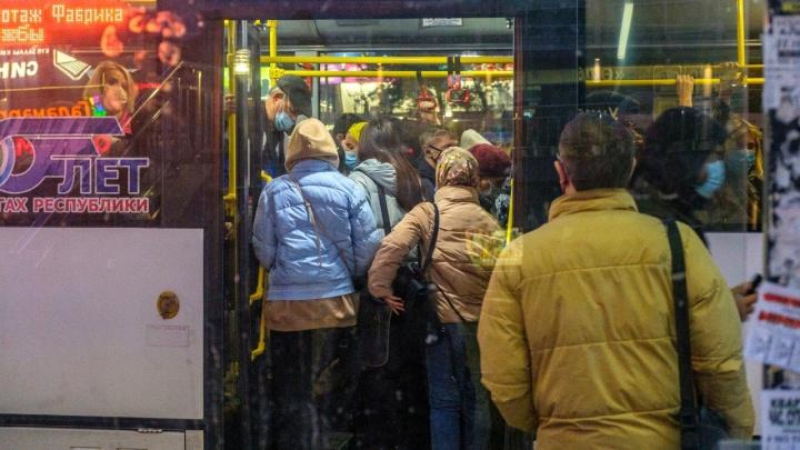 В давке с коронавирусом: как в переполненных автобусах Уфы соблюдают антиковидные меры