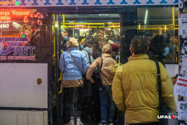 Люди ездят в забитых автобусах, несмотря на разгар пандемии