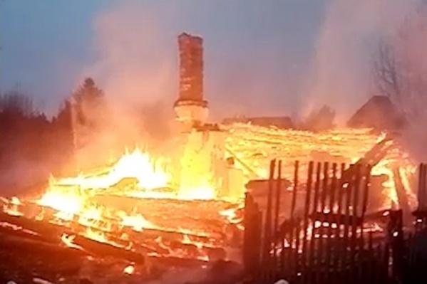 Сгоревший дом в поселке Утёс