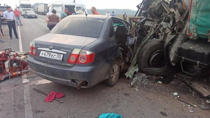 На трассе столкнулись две фуры и легковушка — погибли двое