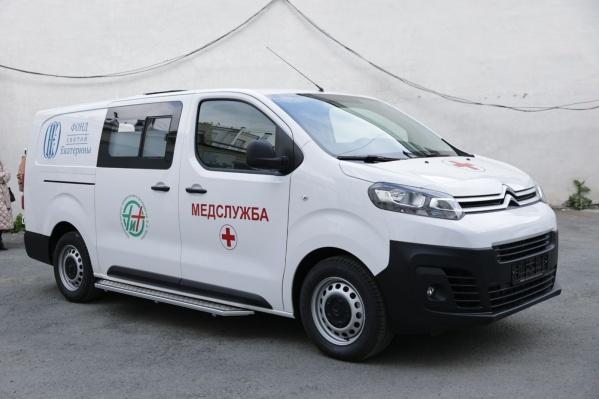 Авто оборудовано всем необходимым, чтобы быстро и безопасно перевозить больных