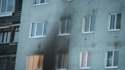Как выжить, если загорелась квартира соседа, а дым идет к вам: инструкция от опытного пожарного