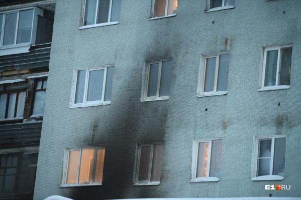 Пожар в одной квартире угрожает жителям всего дома из-за задымления