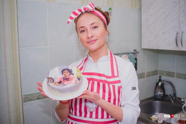 Когда мы приехали в гости, Марианна переносила на торт картину Валентина Серова
