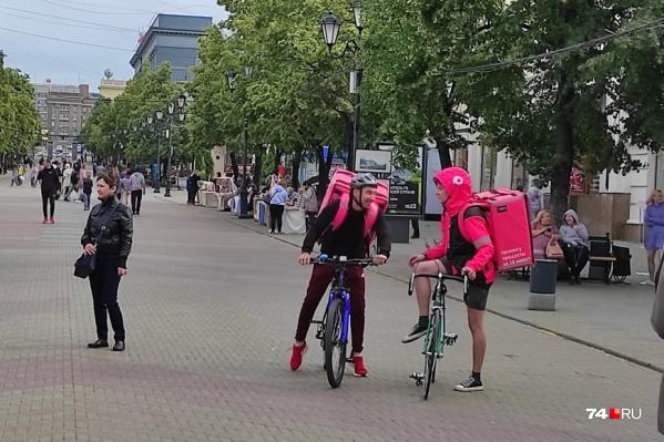 В городе уже появились курьеры в розово-черной униформе, но сервис еще не работает