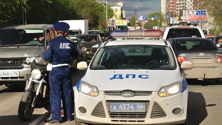 Свердловские сотрудники ГИБДД напомнили водителям о мерах безопасности в жаркую погоду