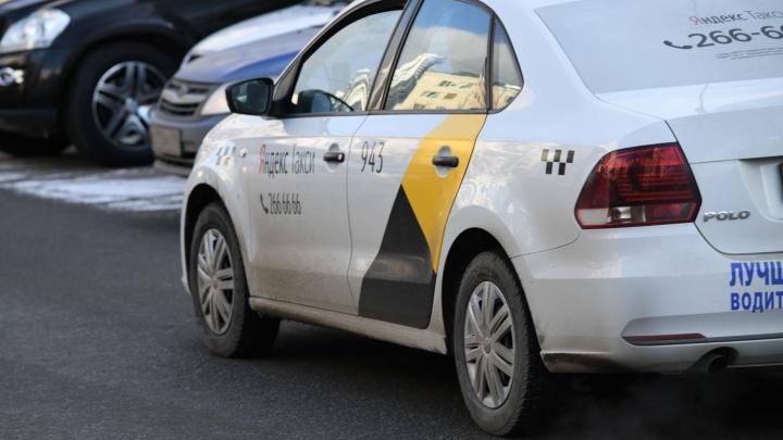 Екатеринбурженка пожаловалась на таксиста, который довел ее до слез и истерики, требуя деньги