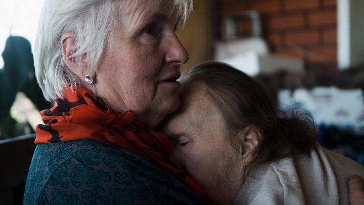 «И он шагнул из окна за мамой»: как 50-летнего Володю с синдромом Дауна усыновила семья из деревни