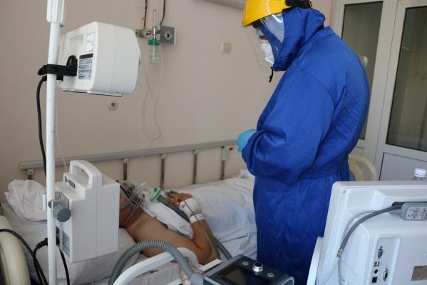 К аппаратам ИВЛ подключают пациентов, чье состояние врачи оценивают как тяжелое или средней тяжести