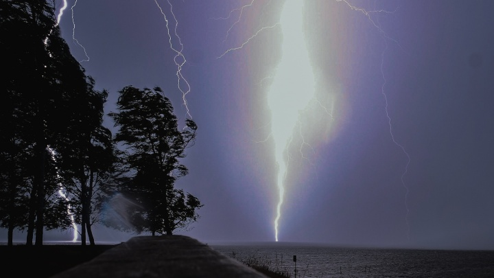 МЧС предупреждает о сильных порывах ветра и грозах в Прикамье